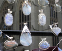https://www.vcalc.com/attachments/e6cd5958-da27-11e2-8e97-bc764e04d25f/200px-Moonstone.cabochons.jpg